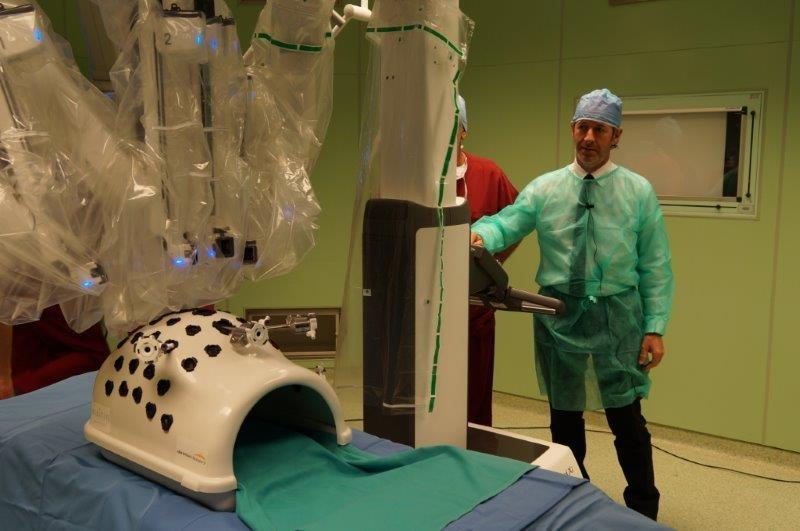 Zaia prova il nuovo robot chirurgico.